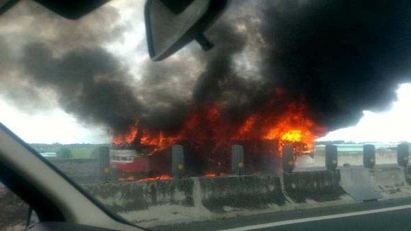 Xe khách 50 chỗ cháy rụi trên cao tốc TP.HCM – Trung Lương