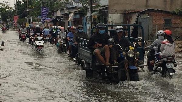 Triều cường lên cao, người Sài Gòn vất vả về nhà