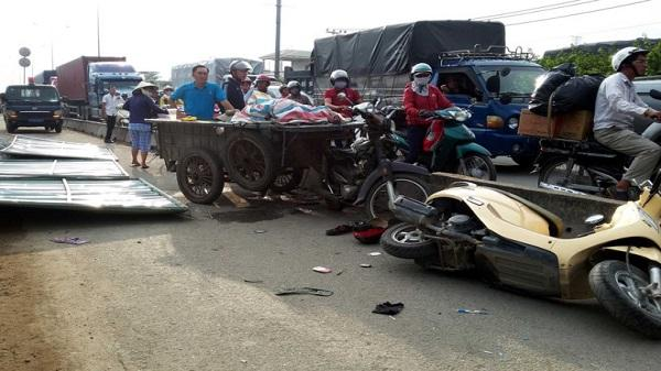Rào chắn công trình đổ khiến 2 người ở Sài Gòn bị thương