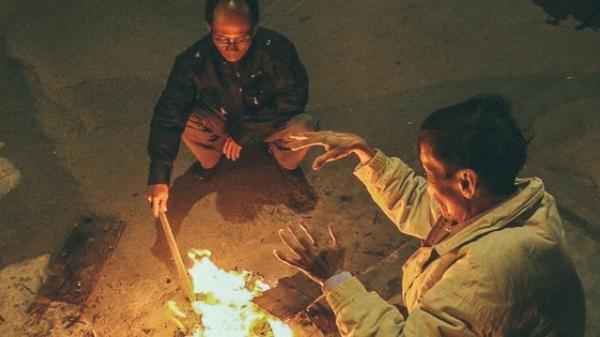 Clip: Người Sài Gòn mặc áo mưa, đốt lửa trong đêm sưởi ấm để mưu sinh dưới thời tiết lạnh nhất năm 20 độ C
