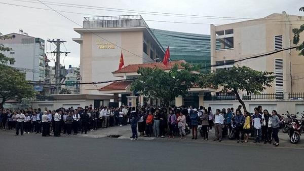 Hàng nghìn học sinh ở TP.HCM xếp hàng dài, cúi đầu tiễn biệt thầy hiệu trưởng đột ngột qua đời