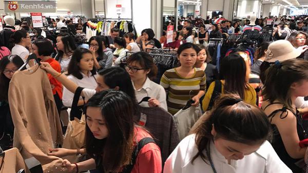 Zara Sài Gòn đông nghịt, dân tình xếp hàng dài ngay ngày đầu tiên giảm giá