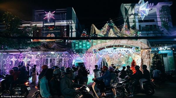 Người dân Sài Gòn đổ xô về xóm đạo Quận 8 đón Noel sớm