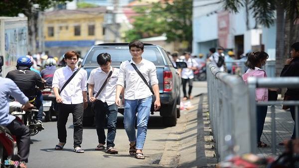 Sinh viên phớt lờ lối dành cho người đi bộ trong rào chắn
