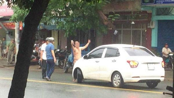 Say xỉn, người đàn ông thoát y gây náo loạn đường phố Sài Gòn