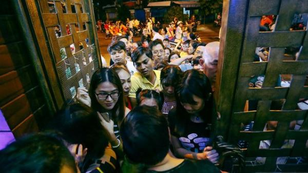 Người dân ở Sài Gòn chen nhau vào biệt thự triệu đô của Đàm Vĩnh Hưng chụp ảnh Noel trong vòng 5 phút/ lượt