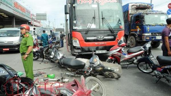"""Xe khách tông xe tải và 7 xe máy dừng đèn đỏ, 3 người nguy kịch<i class=""""icon_1""""></i>"""
