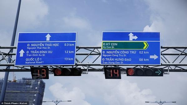 Thú vị với biển báo giao thông song ngữ ở Sài Gòn