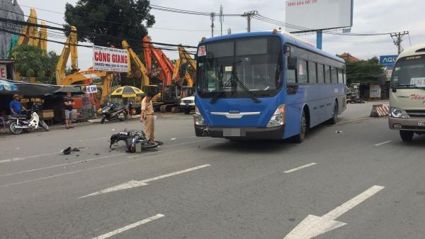 """TP.HCM: """"Hung thần"""" xe buýt tông 2 người bị thương nặng trên đường phố"""