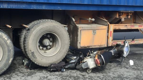 TP.HCM: Xe container ôm cua tông 2 xe máy, 2 người nguy kịch, 1 người nhảy khỏi xe thoát chết