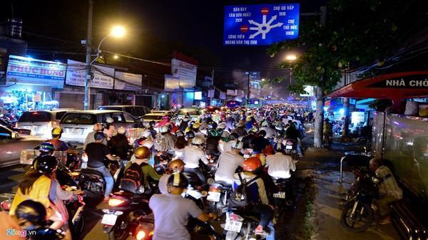 Kẹt xe 5 giờ tại vòng xoay Nguyễn Thái Sơn