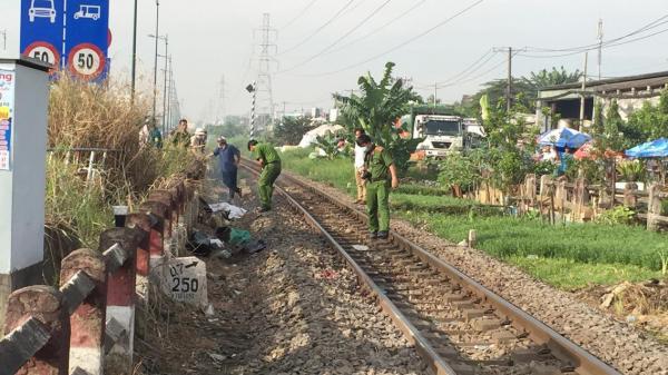 TP.HCM: Bỏ lại xe máy, người phụ nữ leo qua rào chắn lao đầu vào xe lửa tử vong
