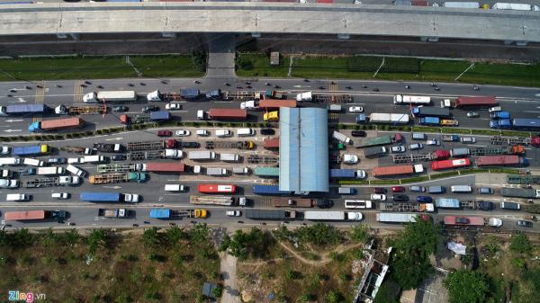 Xe cộ đặc kín trên xa lộ Hà Nội ngày cuối năm