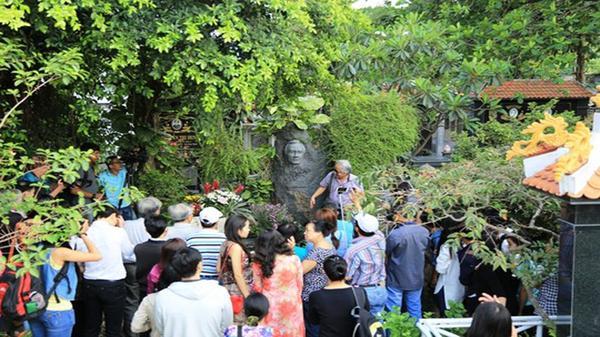 Nhà nhạc sĩ Trịnh Công Sơn mở cửa từ 6 giờ sáng đón khách viếng mộ ông