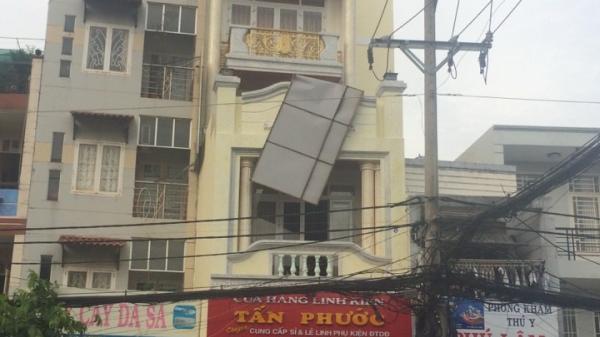 Rơi biển quảng cáo ở Sài Gòn, 3 công nhân bị bỏng nặng do phóng điện