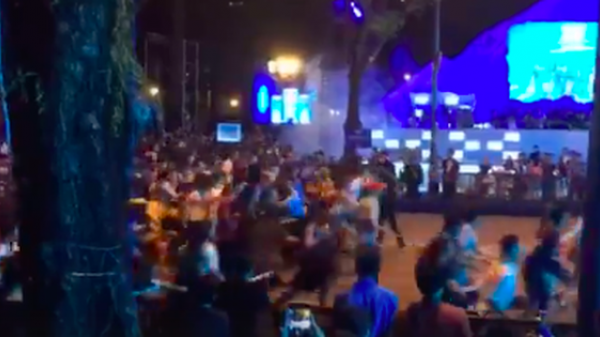 Clip: Hàng trăm bạn trẻ chen lấn, ùa về phía sân khấu countdown ở phố đi bộ Nguyễn Huệ để giành chỗ đẹp