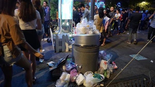 Túi nylon phủ trắng phố đi bộ Nguyễn Huệ sau đêm đón năm mới