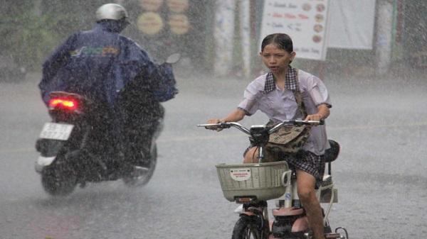 Sài Gòn mưa 'tối mặt', Hà Nội nắng nóng hơn 40 độ C