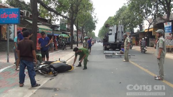TP.HCM: Khung sắt hơn 100kg trên xe tải rơi xuống đường đè nữ sinh