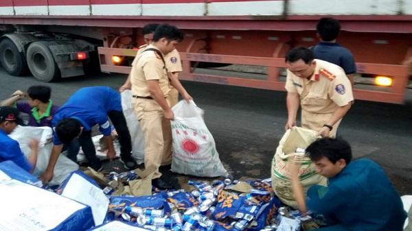 Hàng trăm thùng bia đổ xuống đường ở Sài Gòn, tài xế không mất một lon