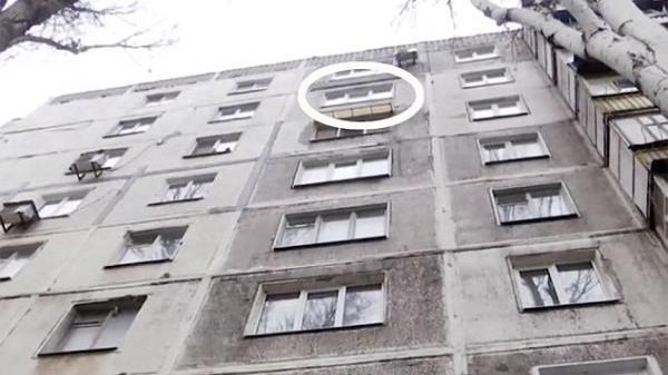 Xuống tầng hầm lấy xe cùng bố, bé trai 21 tháng tuổi bị một người nhảy lầu đè trúng tử vong
