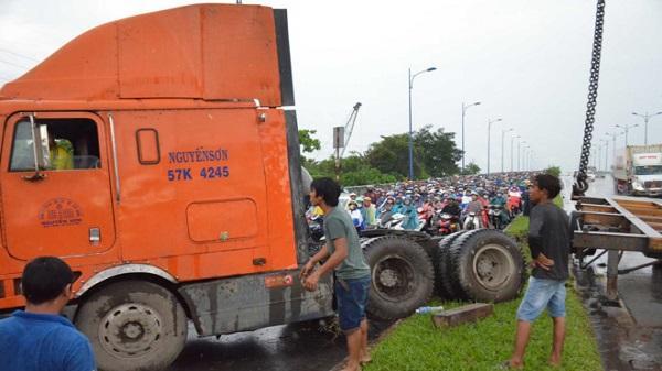 Xe đầu kéo 'bay' qua làn xe máy ở Sài Gòn, nhiều người thoát chết
