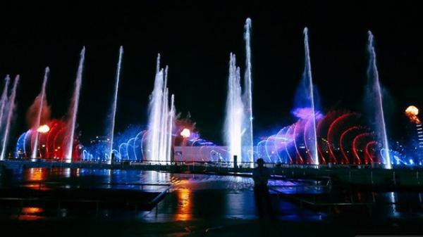 Đã mắt với show nhạc nước 3 triệu USD biểu diễn mỗi đêm miễn phí trên sà lan ở Sài Gòn