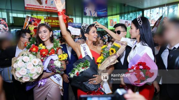 """Top 3 Hoa hậu Hoàn vũ Việt Nam rạng rỡ xuất hiện, gây """"náo loạn"""" sân bay Tân Sơn Nhất"""