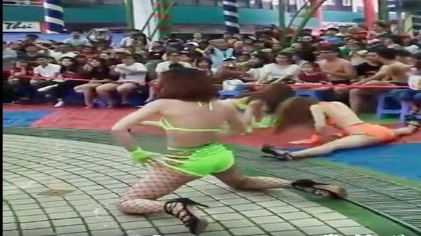 Phản cảm màn múa bikini trước trẻ em ở Công viên Đầm Sen