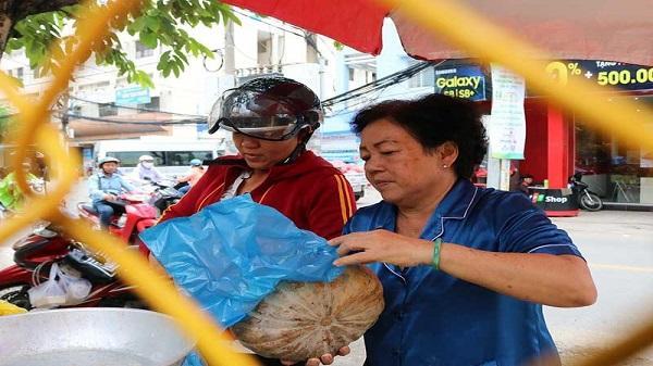 Người Sài Gòn nỗ lực 'giải cứu' bí đỏ