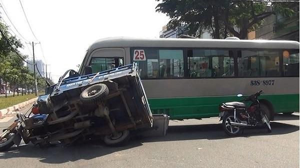 Ba gác máy va xe buýt ở Sài Gòn, 1 người nhập viện