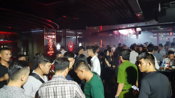 Bắt quả tang tiếp viên mặc bikini múa cột trong quán bar ở Sài Gòn