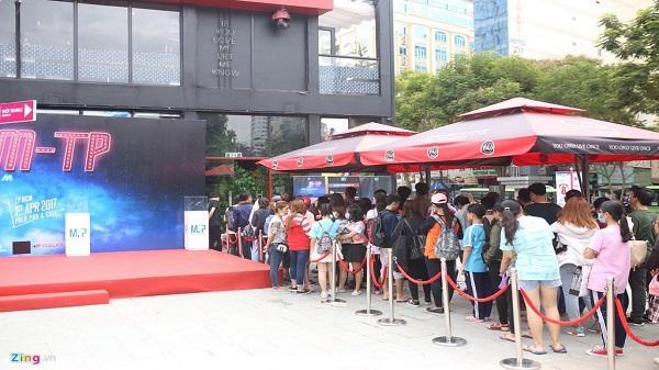 Fan xếp hàng chờ mua album đầu tay của Sơn Tùng M-TP
