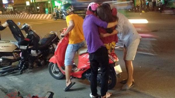 TP.HCM: Xe máy gãy đầu sau tai nạn, một cô gái nhập viện