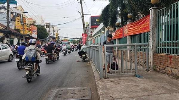 Xuất hiện hàng rào sắt 'nhốt' người đi bộ ở Sài Gòn