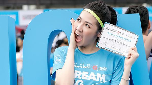 Á Hậu Tú Anh thử sức ở marathon cự ly 5km chỉ với 36 phút mà vẫn rạng rỡ thế này đây!