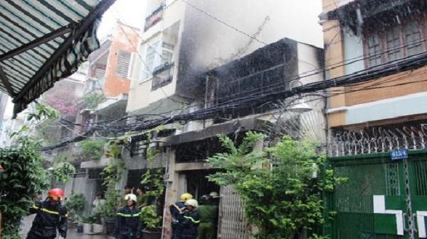 Nhà 2 tầng ở Sài Gòn cháy ngùn ngụt