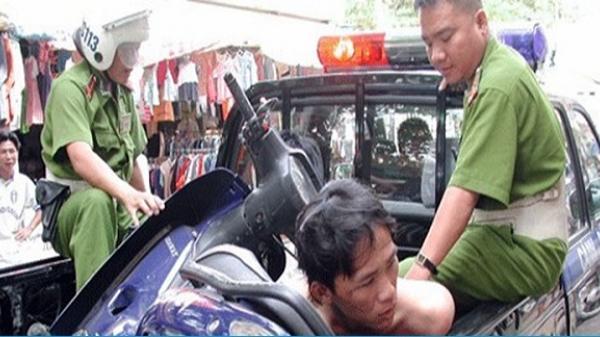 Hai thanh niên khống chế người đi đường để cướp xe ở Sài Gòn