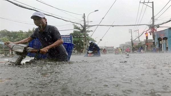 Đường phố Sài Gòn ngập nặng trong cơn mưa trái mùa kèm dông, sấm sét