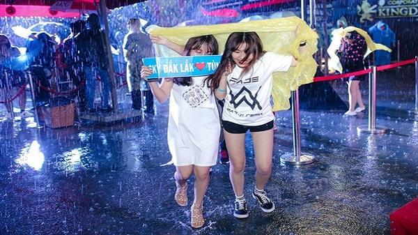 Khán giả từ Đăk Lăk xuống Sài Gòn đội mưa tầm tã mua album Sơn Tùng