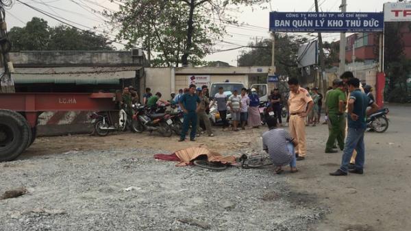 Người phụ nữ bán vé số gặp nạn trên đường phố Sài Gòn, con gái gào khóc trong ngây dại