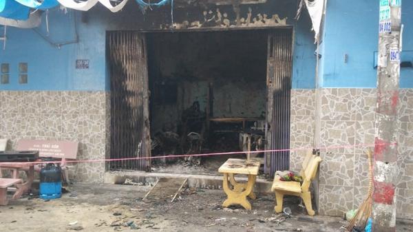 TP.HCM: Căn nhà trong hẻm bất ngờ bốc cháy, cảnh sát phá cửa cứu 2 người già mắc kẹt