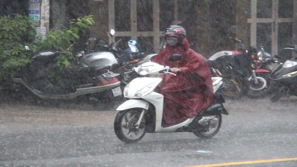 Mưa như trút nước tại nhiều quận, huyện ở Sài Gòn