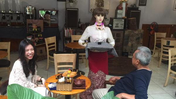 """TP.HCM: Phát sốt với """"cô gái robot"""" phục vụ tại nhà hàng, quán cà phê"""