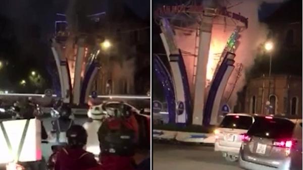 Cháy đèn trang trí Tết gần Nhà thờ Đức Bà, người đi đường hốt hoảng bỏ chạy