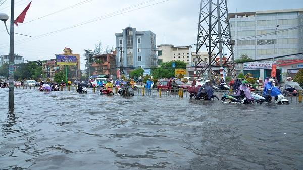 Cảnh người dân vất vả sau trận mưa ngập ở Sài Gòn