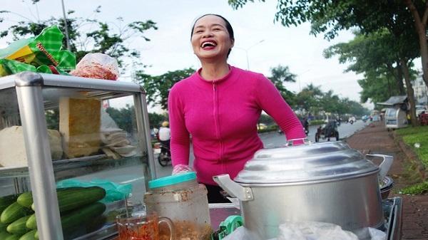 Chị bán bánh ướt lề đường dễ thương nhất Sài Gòn: 'Buồn hay vui cũng hết một ngày, thôi chọn vui cho sướng'