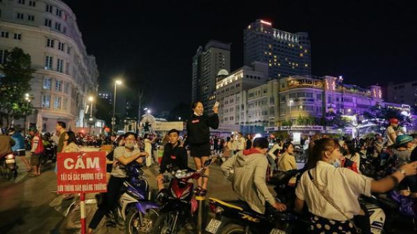 """CLIP: Phố đi bộ Nguyễn Huệ suýt """"vỡ trận"""" vì hàng trăm xe máy """"bão"""" đêm mừng chiến thắng U23 Việt Nam"""