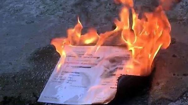 Cựu sinh viên ĐH Kinh tế TP.HCM đốt bằng đại học gửi thư xin lỗi