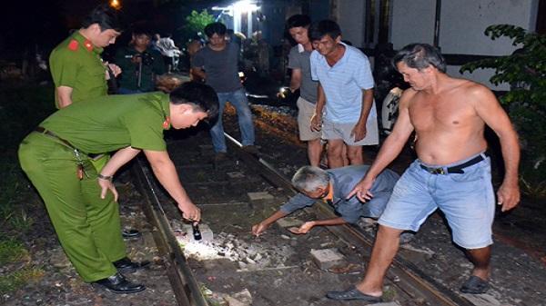 Người đàn ông ngồi trên đường ray bị tàu lửa tông tử vong